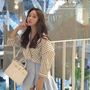 เสื้อแฟชั่นเกาหลี แขน 3 ส่วน คอวี หลังเว้า ลายทางสีขาว